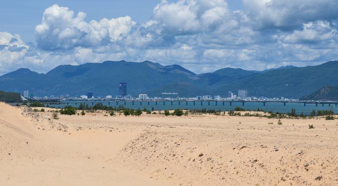 Bán đảo Phương Mai nằm cách trung tâm thành phố Quy Nhơn khoảng 10 km, ngăn giữa là đầm nước mặn Thị Nại rộng 5.000 ha. Đứng từ phía bán đảo, du khách có thể ngắm nhìn trung tâm thành phố và cầu vượt biển Thị Nại với chiều dài gần 2,5 km xếp thứ hai tại Việt Nam, sau cầu Tân Vũ - Lạch Huyện (Hải Phòng).