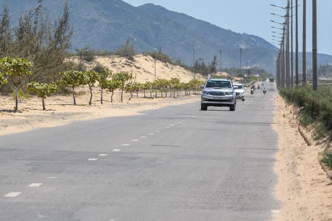 Các đồi cát đẹp chủ yếu nằm dọc hai bên đường quốc lộ 19B trên bán đảo Phương Mai. Hiện nay khu vực này còn khá hoang sơ và không thu vé tham quan.  Du khách tới đây vào mùa hè cần chuẩn bị đủ các vật dụng chống nắng như mũ, áo, kính râm, kem chống nắng. Bên cạnh đó bạn nên đi dép thay vì giày để thuận lợi cho việc di chuyển; không nên đi chân đất vào ban ngày bởi cát nóng có thể gây phỏng rộp bàn chân.