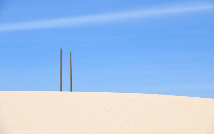 Trước đây du khách có thể mua tour trượt cát của các công ty lữ hành ở Quy Nhơn với ván chuyên dụng, nhưng dịch vụ này đã ngừng hoạt động. Khách tham quan có thể tự mang theo ván để trải nghiệm, song cần chú ý an toàn.