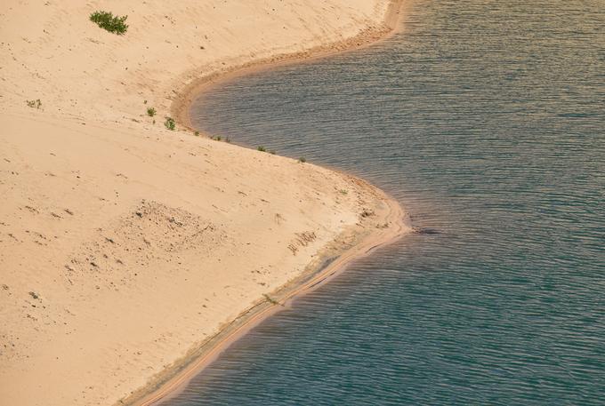 Một hồ nước hình thành trong hố cát sâu khoảng 100 m ven đầm Thị Nại, nằm cách chân cầu vượt biển khoảng 3 km về hướng đi Eo Gió.