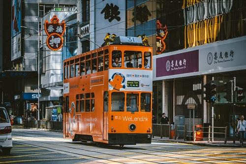 Những chiếc xe điện hai tầng là phương tiện thích hợp để khám phá thành phố về đêm. Ảnh: Culture Trip.