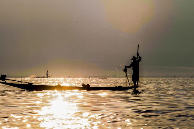 Hồ Inle nằm ở trung tâm bang Shan, cách thành phố Yangon gần 600 km. Với diện tích khoảng 220 km2, đây là hồ nước ngọt lớn thứ hai ở Myanmar, nằm ở độ cao khoảng 889 m so với mực nước biển, bao quanh là núi cao. Cuộc sống trên hồ Inle được ví như một thế giới cổ xưa bị lãng quên, tách biệt hoàn toàn với nhịp sống xô bồ bên ngoài.