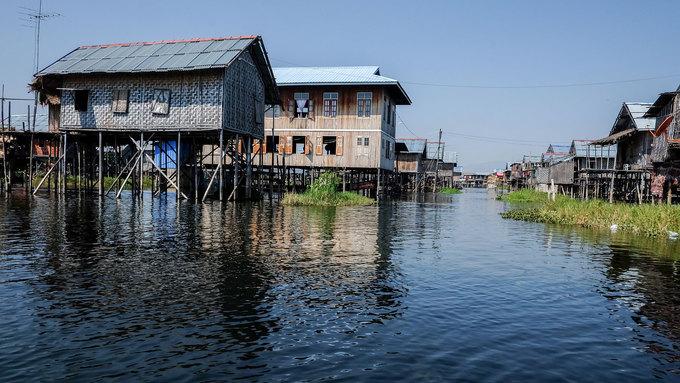 Inle không chỉ là vùng sông nước hoang sơ mà còn là nơi sinh sống của tộc người Intha và số ít người Shan, Taungyo, Pa-O (Taungthu), Danu, Kayah, Danaw và Bamar. Rải rác trên mặt hồ Inle là những ngôi làng nổi. Nhà cửa ở đây được làm đơn giản bằng tre, gỗ, sàn cách mặt nước vài mét đề phòng nước dâng vào mùa mưa. Tour tham quan hồ Inle sẽ đưa du khách đi thăm làng trồng hoa, làm xì gà, làng của người cổ dài và cả những ngôi chùa nổi tiếng.