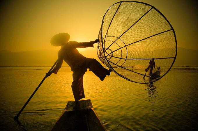 Hình ảnh đầu tiên du khách bắt gặp trên hồ Inle là những người đàn ông Intha đứng bằng một chân trên thuyền gỗ nhỏ để đánh bắt cá. Trước đây hồ Inle có nhiều lau sậy nên những ngư dân cần đứng cao để dễ quan sát. Họ dùng một chân để chèo thuyền, một chân để giữ thăng bằng và giải phóng đôi tay để tiện quăng lưới, thả nơm.