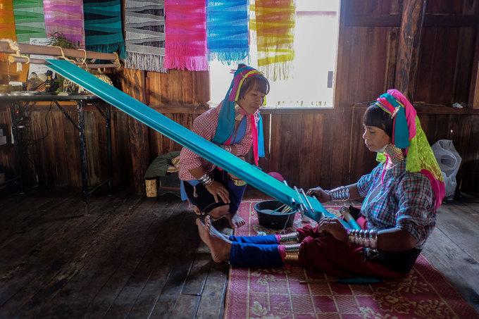 Một ngôi làng khác trên hồ Inle là của người cổ dài. Phụ nữ Kayan thường mang trên cổ những chiếc vòng đồng nặng hàng chục ký suốt cả cuộc đời. Họ ít di chuyển ra ngoài, thường ngồi dệt vải bên khung cửi và trò chuyện khi có du khách ghé thăm.