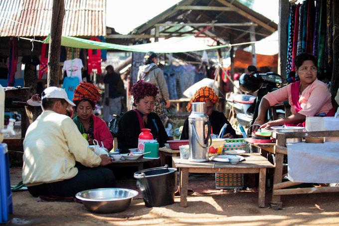 Thi thoảng trên hồ du khách cũng bắt gặp những khu chợ trời, gợi nhớ về hình ảnh Việt Nam ngày trước với những chiếc bình thuỷ giữ nhiệt, nồi gang, rau trái được bày bán trên sạp tre, gỗ đơn sơ.