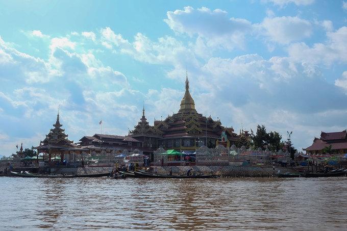 Tuy nhiên, với người Myanmar, chùa chiền mới là nơi quan trọng để trẻ em tu tập. Theo truyền thống, tất cả trẻ em từ 5 tới 16 tuổi đều có thể lên chùa tu tập làm tiểu Sa di để báo hiếu gia đình. Trong hình là Phaung Daw Oo, một trong những ngôi chùa lớn nhất ở Inle.