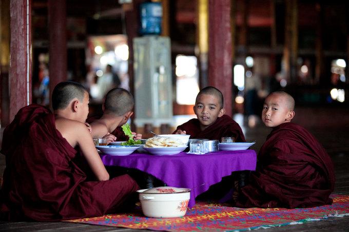 Nhiều ngôi chùa ở Inle mở cửa đón khách du lịch. Đây là nơi du khách có thể tham quan kiến trúc hoặc mua sắm quà lưu niệm ngay bên ngoài cổng chùa.