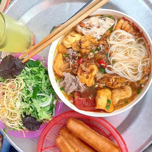 Bún riêu Trang đầy đặn với bún sợi, đậu rán, thịt và hành khô. Ảnh: Món ngon Hà Nội.