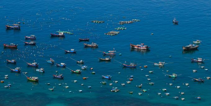 Đảo Cù Lao Xanh hiện có khoảng 500 hộ dân, đa phần đều làm nghề đánh bắt hải sản gần bờ. Trong ảnh là cảng cá lớn nhất đảo, nơi tập trung tàu thuyền của ngư dân và tàu du lịch chở khách tham quan.