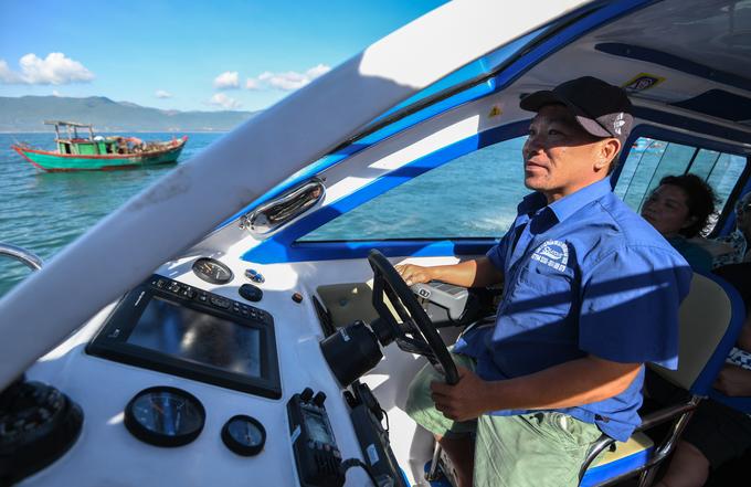 Có hai cách để đến Cù Lao Xanh là đi tàu cao tốc hoặc lên thuyền đánh cá của ngư dân, tất cả đều khởi hành từ bến Hàm Tử, TP Quy Nhơn. Tour 750.000 đồng một người, đi về trong ngày, gồm dịch vụ xe điện đưa đón, tàu cao tốc khứ hồi, bữa trưa trên đảo và lặn ngắm san hô. Thời gian di chuyển từ bến tàu ra đảo khoảng 40 phút mỗi lượt.  Nếu chọn thuyền của ngư dân, thời gian ra đảo có thể mất 2-3 giờ nhưng giá rẻ hơn, tuỳ thoả thuận của từng người và không có dịch vụ kèm theo. Hiện người dân trên đảo Cù Lao Xanh vẫn dùng điện máy phát với thời gian sử dụng theo giờ (9h – 15h, 17h – 23h), khách muốn ngủ lại qua đêm trên đảo nên lưu ý để tận hưởng chuyến đi trọn vẹn nhất.