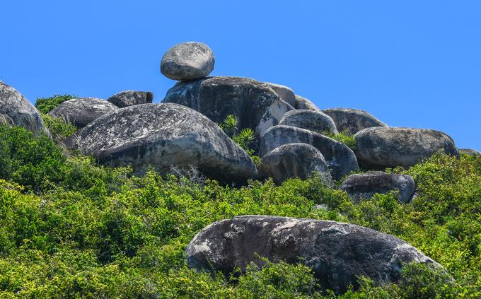 """Tảng đá nằm trên ngọn đồi gần khu vực """"bãi thảo nguyên"""", nơi đang là nghĩa địa của đảo. Trên thế giới có nhiều tảng đá nổi tiếng vì tồn tại theo kiểu thách thức trọng lực, với kích thước lớn hơn như Kummakivi (Phần Lan), Peyro Clabado (Pháp), Krishna's Butterball (Ấn Độ)…"""
