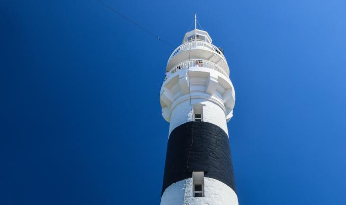 Điểm tham quan nổi tiếng nhất trên đảo là hải đăng Cù Lao Xanh, thuộc top 5 ngọn hải đăng trên 100 tuổi ở Việt Nam, do tổ chức Kỷ lục Việt Nam xếp hạng. Công trình do người Pháp xây dựng năm 1890, nằm ở độ cao 119 m so với mực nước biển, riêng phần tháp đèn cao 16,5 m. Hình ảnh ngọn hải đăng này từng xuất hiện trong bộ tem Hải đăng Việt Nam phát hành năm 1992.