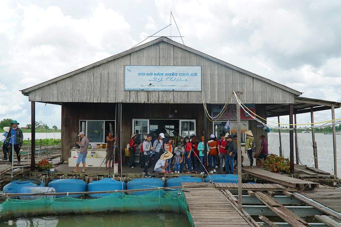 Bè nuôi cá là một trong những điểm tham quan ở cửa ngõ vào Cồn Sơn (quận Bình Thuỷ, TP Cần Thơ). Những bè cá đầu tiên tại đây được đóng gần 20 năm trước. Nhờ thời tiết thuận lợi và được hỗ trợ kiến thức chuyên môn, hiện khu vực có gần chục nhà bè do người địa phương phát triển.