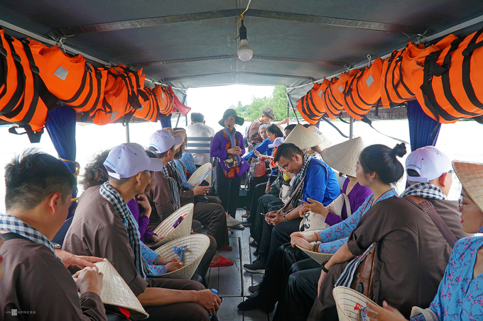 Để lên nhà bè, du khách phải di chuyển bằng thuyền hoặc phà. Các chuyến khởi hành tại bến Cô Bắc (hẻm 13, đường Lê Hồng Phong). Phà chạy cả ngày từ 6h đến 22h, giá 5.000 đồng một lượt.