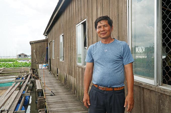 """Ông Lý Văn Bon là một trong những chủ bè cá đầu tiên tại khu vực Cồn Sơn. Bè của ông được xây từ những năm 2000 và bắt đầu đón khách tham quan từ tháng 6/2015. """"Nuôi cá trên bè cần tính kiên trì bởi cá quý không phải lúc nào cũng bắt được"""", ông chia sẻ."""