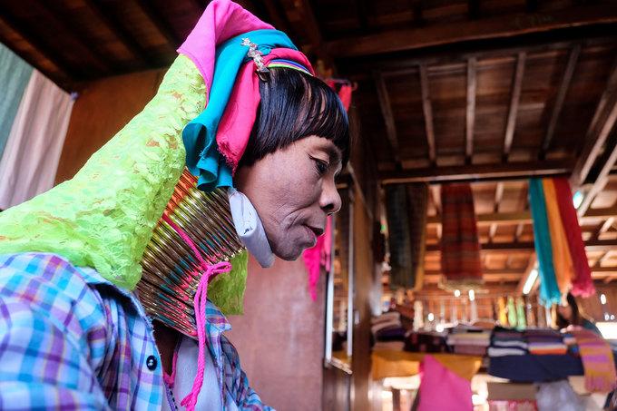 Những phụ nữ trưởng thành có thể đeo đến 37 chiếc vòng cổ, nặng khoảng 15 kg. Từ khi lên 5 tuổi, các bé gái ở đây bắt đầu đeo vòng cổ, số lượng tăng dần theo chu kỳ 4 năm một lần. Họ mang những chiếc vòng này cả khi ngủ, làm việc. Việc đeo vòng cổ được xem như một nghi lễ thiêng liêng, được thực hiện bởi những người lớn tuổi có kinh nghiệm. Nếu không làm đúng cách có thể dẫn đến khó chịu, nghẹt thở hoặc khó nuốt thức ăn.