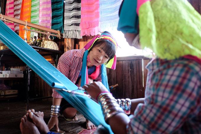 Trong vài năm trở lại đây, hình ảnh những phụ nữ cổ dài bên khung cửa sổ cặm cụi đan những mẫu thổ cẩm không còn xa lạ với du khách. Ngôi làng của người Kayan trở thành một phần trong hệ sinh thái du lịch ở Myanmar. Những phụ nữ này sẵn sàng ngồi nói chuyện, cười nói hàng giờ với du khách mà không ngại ngần. Khi đến thăm nhà phụ nữ cổ dài, du khách có thể thử đeo vòng, chụp hình, mua sắm đồ lưu niệm...