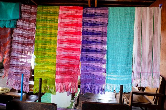 Các mẫu vải thổ cẩm được phụ nữ Kayan dệt tay có giá khá đắt. Du khách vẫn có thể thương lượng nếu muốn mua về làm kỷ niệm