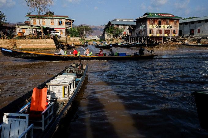 """Để thăm tộc người Kayan, bạn có thể đến hồ Inle, mua tour dạo quanh hồ, hành trình sẽ ghé qua """"Làng cổ dài"""" và ở lại lâu hay nhanh tùy ý. Tour thường kéo dài từ sáng sớm đến chiều tà, giá khoảng 200.000 đồng một người."""