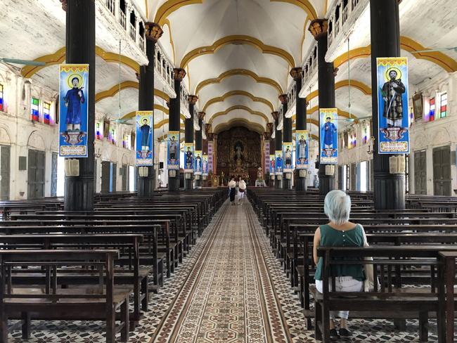 Không gian bên trong nhà thờ thoáng rộng với mái làm từ vôi trộn rơm, tạo vòm cong thoáng nhẹ. Hàng chục cột gỗ dựng trên bệ đá chống đỡ nhà thờ.