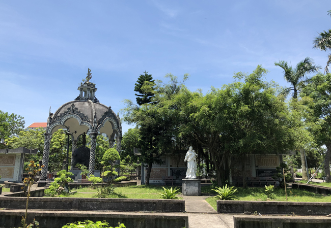 Nằm ngay bên cạnh nhà thờ chính tòa Bùi Chu là Đại chủng viện Bùi Chu với kiến trúc hiện đại hơn. Được khởi công xây dựng cách đây 10 năm, không gian của Đại chủng viện dịu mát với rất nhiều cây xanh.