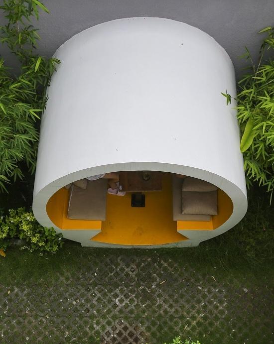 Các ống có chiều sâu gần 3 m, xung quanh là thảm cỏ, cây xanh bao bọc.