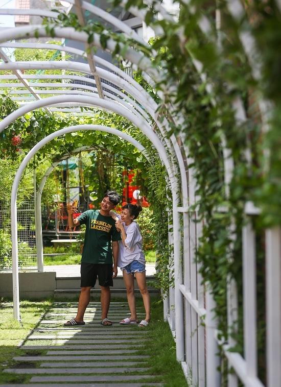 Quán được trồng nhiều cây xanh, hoa lá, đặt tiểu cảnh hồ nước, bonsai... Lối vào là mái vòm dài với những cây leo xanh tươi, thu hút nhiều bạn trẻ chụp hình.