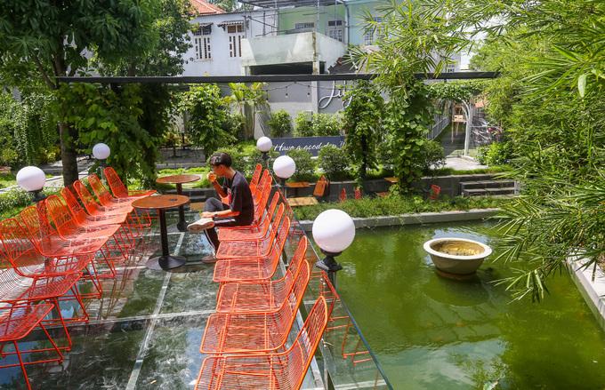 Nhiều cây trồng xung quanh mang đến sự thoáng đãng, mát mẻ. Xanh, đỏ là hai tông màu chủ đạo của quán. Những tấm kính cường lực được lắp trên hồ tạo cho du khách cảm giác như đang ngồi trên mặt nước.