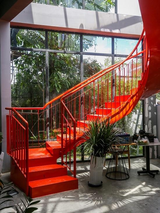 Chiếc cầu thang lên tầng lầu.