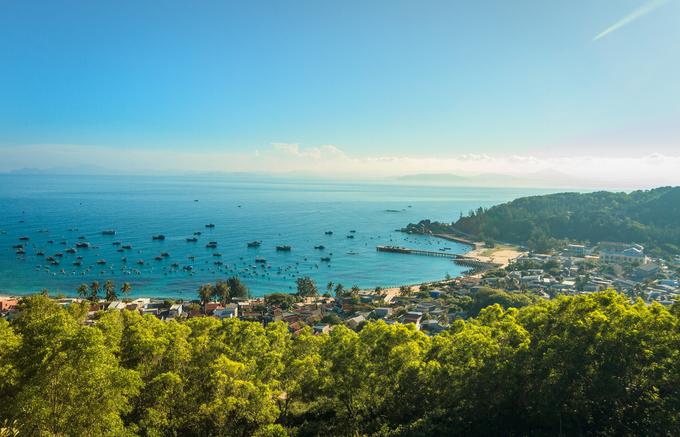Cù Lao Xanh (còn gọi là đảo Vân Phi), một hải đảo nằm gần vịnh Xuân Đài, thuộc xã Nhơn Châu, Quy Nhơn. Du khách có thể tham quan ngọn Hải Đăng và giếng Suối Tiên. Ngoài ra khi đi men theo những con đường nhỏ quanh bãi biển, bạn có thể bắt gặp khóm hoa dại, ngắm biển xanh và rùa đẻ trứng ở một số bãi cát.