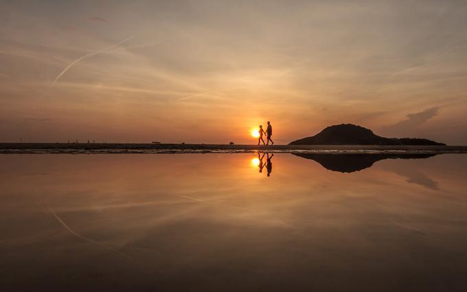 Ngoài ra, du khách có thể chọn Bãi Xếp để thư giãn, vì bãi biển hoang sơ, những rặng đá tự nhiên nổi lên giữa bãi cát khi thủy triều rút. Thưởng thức các món hải sản nướng và lai rai vài chai bia lạnh sẽ mang đến cảm giác thú vị khi bạn thăm làng chài Bãi Xếp.