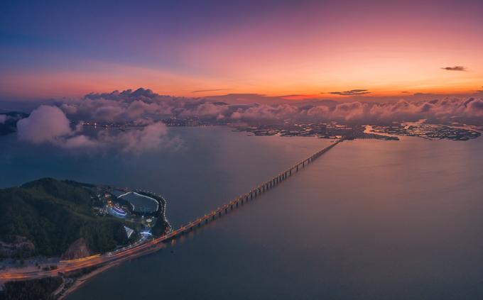 Cầu Thị Nại nối thành phố Quy Nhơn với bán đảo Phương Mai từng là cầu vượt biển dài nhất Việt Nam (2,5 km), trước khi cầu Tân Vũ - Lạch Huyện, Hải Phòng đưa vào hoạt động. Đường đi tiện nhất để đến các điểm tham quan nổi tiếng Quy Nhơn như Eo Gió, Kỳ Co, đồi cát Phương Mai, Trung Lương... là qua cây cầu này. Đây cũng là đường chạy VnExpress Marathon cho cự ly 21 km và 42 km ngày 9/6.