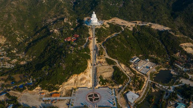 Cách trung tâm Quy Nhơn chừng 20 km là chùa Linh Phong với tượng Phật ngồi lớn nhất Đông Nam Á, thu hút nhiều du khách tâm linh. Tượng có chiều cao 69 m, đường kính 52 m được thiết kế trên một tòa sen nằm ở lưng chừng núi, ở độ cao 129 m và hướng nhìn ra biển.  Chùa thuộc xã Cát Tiến, huyện Phù Cát, toạ lạc ngay trên tuyến đường ĐT 639 và quốc lộ 19B nối sân bay Phù Cát và Quy Nhơn.