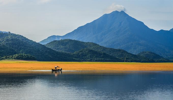 Từ thành phố Quy Nhơn di chuyển theo hướng QL19, tới ngã tư xã Nhơn Tân (thị xã An Nhơn), rẽ trái là đường tới hồ Núi Một (khoảng cách hơn 35 km). Đây là vùng hồ rộng lớn, được xây dựng để phục vụ nước tưới tiêu cho vùng hạ lưu của thị xã An Nhơn và một phần huyện Tuy Phước. Hiện hồ trở thành điểm du lịch cho những người yêu thiên nhiên.