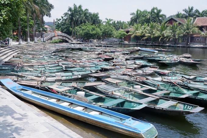 Để tận dụng thời gian, bạn nên đi chuyến xe sớm nhất từ Hà Nội, đến Ninh Bình lúc 7h30 rồi bắt đầu bằng tour Tam Cốc hoặc Tràng An. Vì hai tour này đều phải ngồi thuyền ít nhất 90 phút trên sông nên bạn càng xuất phát sớm càng mát. Giá vé thấp nhất 100.000 đồng/người.