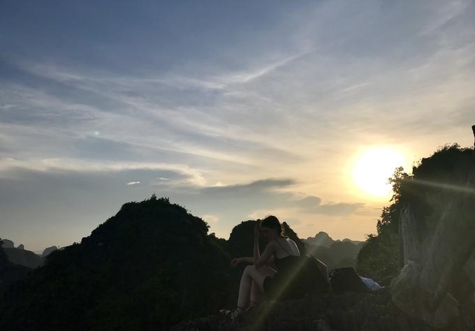 Muốn ngắm mặt trời, bạn rẽ tay trái để leo đến đoạn con Rồng nằm trên đỉnh. Các bậc thang đá chỉ được xây đến chỗ chòi nghỉ, sau đó phải leo lên những mỏm đá tự nhiên, cạnh sắc nhọn để ngắm mặt trời lặn. Tầm sau 5h nơi này sẽ rất đông, vì thế nên cẩn thận từng bước để khỏi bị ngã.