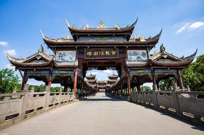 Tương truyền, trong thời kỳ Tam Quốc (220-280), thị trấn là trọng điểm quân sự ở phía nam Thành Đô (kinh thành của vương quốc Thục) và là nơi đóng quân của nhà chiến lược nổi tiếng Gia Cát Lượng. Ảnh: PC Online.