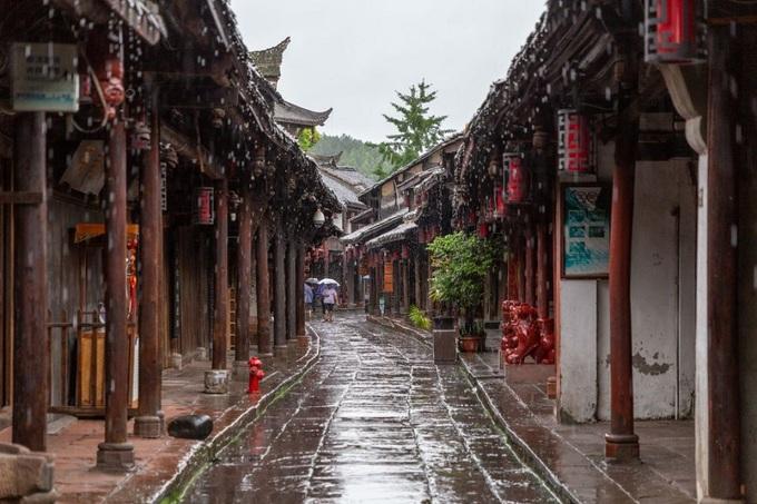 Hầu hết nhà ở Hoàng Long Khê đều có nguồn gốc từ cuối triều đại nhà Thanh, một số từ thời nhà Minh. Kiến trúc nhà cọc ven sông ở thị trấn trước đây được xây dựng để chống ngập lụt. Trong đó, tầng trệt để chăn nuôi gia súc, tầng hai là nơi cất trữ lương thực và tầng ba là nơi ở của người dân. Ngày nay, một số ngôi nhà được tu sửa theo kiến trúc của người Hán, đặc biệt là phần mái cong. Ảnh: Oct West.