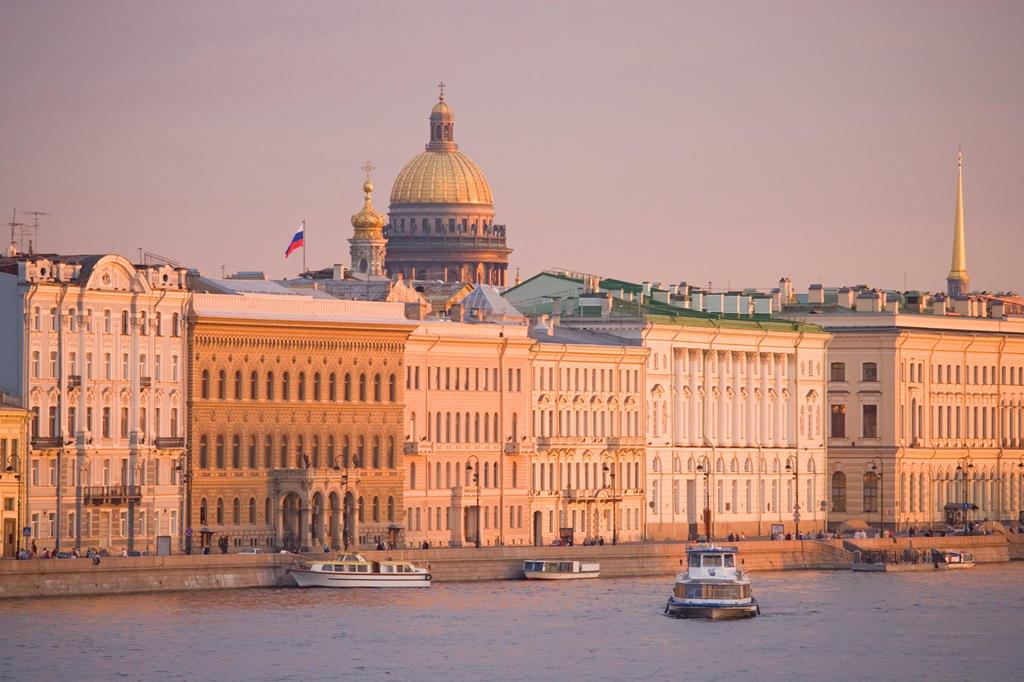 Là một trong số ít quốc gia mùa hè không bao giờ ngủ, nước Nga thu hút du khách không chỉ bởi những công trình kiến trúc nổi tiếng mà còn bởi hiện tượng đêm trắng thú vị. Đến đây vào giữa tháng 5 đến giữa tháng 7, bạn có thể có cơ hội chiêm ngưỡng khung cảnh thiên nhiên tuyệt đẹp và thú vị này. Ảnh: Timothy-candice.