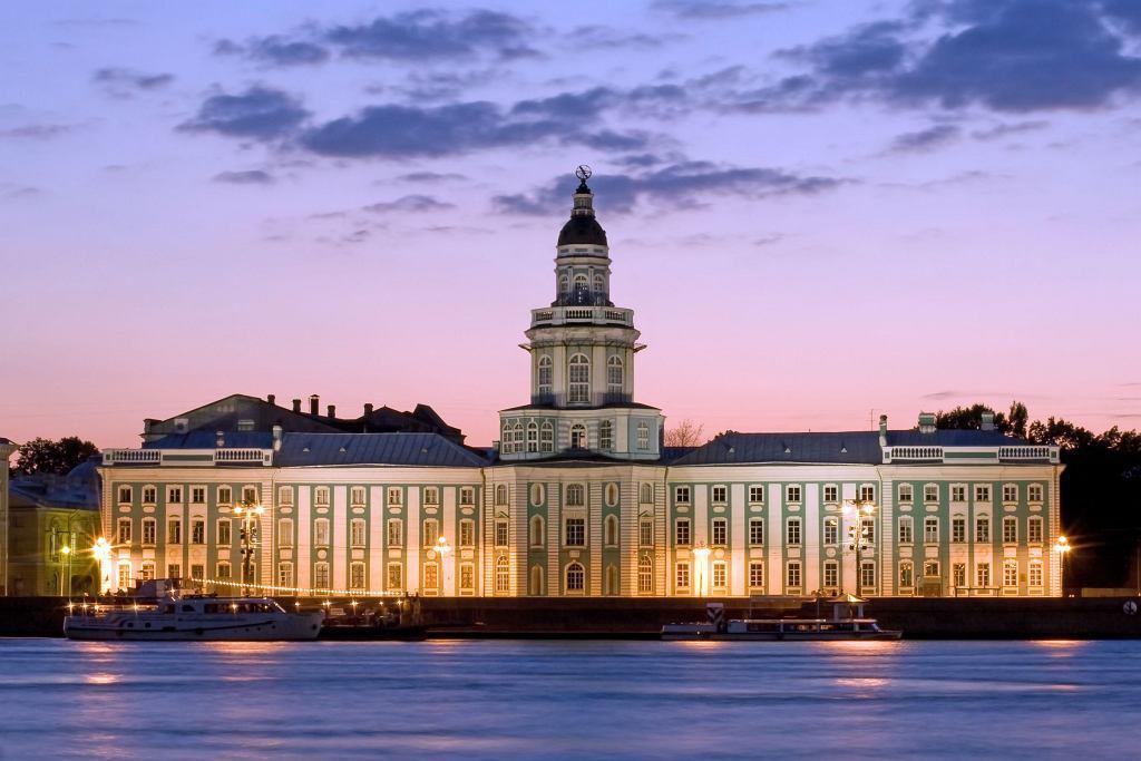 Khung cảnh về đêm có thể không quá sáng như ban ngày mà hệt thời điểm hoàng hôn hoặc rạng đông. Khoảng thời gian này, nước Nga nhuộm một màu lãng mạn, thơ mộng hơn bao giờ hết. Bạn có thể ghé hai thành phố Saint Petersburg và Moscow để chứng kiến hiện tượng đêm trắng đẹp và rõ rệt nhất. Ảnh: Podroze - Gazeta.