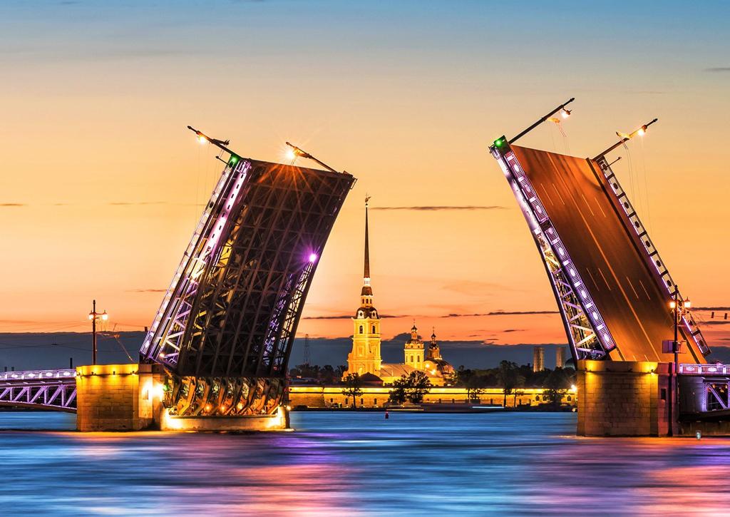 Cầu mở, cung điện mùa hè Peterhof, thánh đường Peter Paul, thành cổ Saint Petersburg và nhiều công trình kiến trúc độc đáo khác ở Nga là điểm đến lý tưởng để du khách có thể lưu lại kỷ niệm đêm trắng đáng nhớ cùng người yêu, gia đình, bạn bè trong những ngày khám phá xứ sở bạch dương. Ảnh: Thegolfclub.