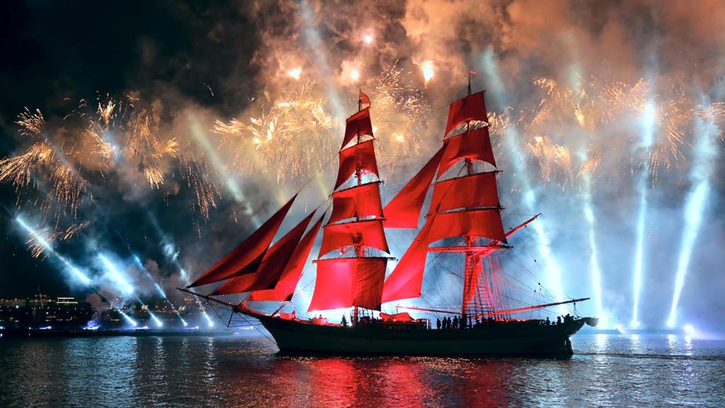Nằm trong chuỗi sự kiện, lễ hội cánh buồm đỏ sẽ được tổ chức dọc theo bờ sông Neva với màn pháo hoa lung linh, hoành tráng, thu hút nhiều du khách thập phương ghé thăm. Bên cạnh đó, nhiều bảo tàng nổi tiếng ở Saint Petersburg cũng sẽ mở cửa suốt đêm để phục vụ du khách tham quan. Ảnh: Pageone.