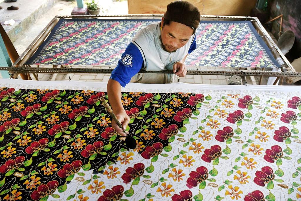 Đến vùng đất của nghệ thuật mà bỏ lỡ cơ hội tìm hiểu các làng nghề thủ công sẽ là điều nuối tiếc. Cư dân Yogyakarta nổi tiếng là những người thợ thủ công lành nghề, vì thế bạn sẽ dễ dàng tìm thấy các xưởng chế tác mỹ nghệ trong lòng thành phố. Ghé thăm những xưởng chế tác mỹ nghệ này, bạn hoàn toàn có thể tự mình vẽ lên vải những họa tiết bằng công cụ tjanting, thuộc nghệ thuật batik nổi tiếng. Ảnh: The Jakarta Post.