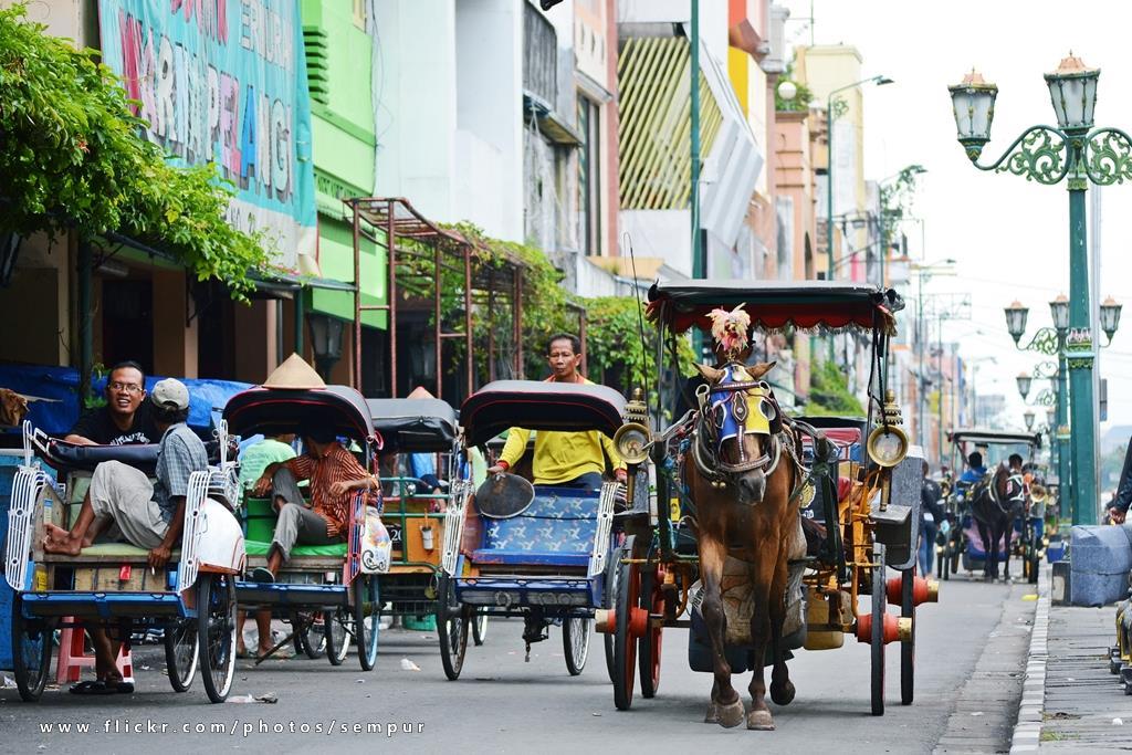 Để trải nghiệm Yogyakarta thêm trọn vẹn, bạn đừng quên ghé thăm thành phố vào mùa khô từ tháng 7 đến tháng 9. Du khách có thể đến Yogyakarta bằng đường hàng không (sân bay quốc tế Adisucipto) hoặc đón xe buýt, tàu hỏa trong khu vực. Trong thành phố, taxi, xe buýt hay xe kéo ba bánh là những phương tiện giao thông phổ biến bạn có thể tìm thấy trên bất kỳ tuyến phố nào. Ảnh: Fiveprime.