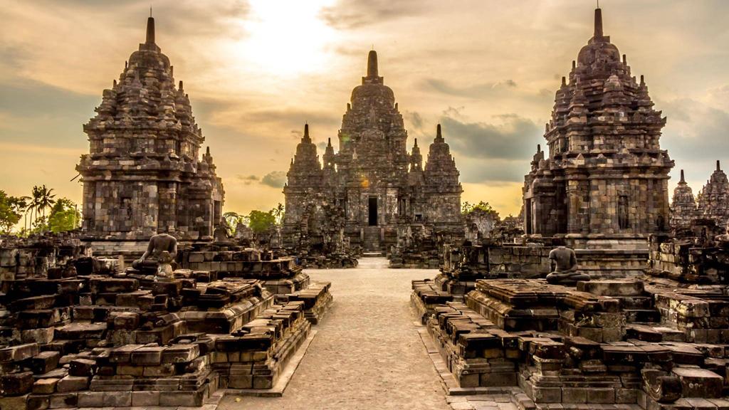 Nét cổ kính âm trầm của những ngôi đền nghìn năm tuổi là điều làm nên sức hút đặc biệt cho thành phố này. Trong đó, không thể không nhắc tới Prambanan - ngôi đền Hindu tráng lệ, nguy nga nhất đất nước vạn đảo. Nằm cách Yogyakarta 18 km về phía đông, ngôi đền có 240 tháp lớn nhỏ với kiến trúc độc đáo, trang trí bằng phù điêu cùng hoa văn ấn tượng, là điểm dừng chân của hàng triệu du khách mỗi năm. Đêm xuống, khi ánh mặt trời lụi dần qua những đỉnh núi, các tòa tháp rọi bóng trên bầu trời đen sẫm đem đến vẻ đẹp bí ẩn hiếm nơi nào có được. Ảnh: indonesiaberita.
