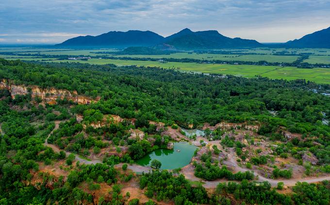 """Nhờ màu nước xanh ngọc bích mà hồ nằm trên đỉnh núi Tà Pạ (xã Núi Tô, huyện Tri Tôn) được du khách gọi là """"tuyệt tình cốc"""". Tà Pạ là một trong bảy ngọn núi thuộc dãy Thất Sơn nổi tiếng tại An Giang, cách thị trấn Tri Tôn vài cây số."""