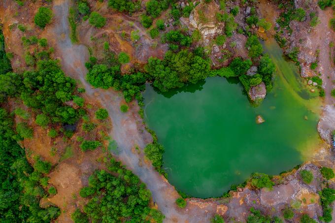 Màu nước của hồ có nhiều sắc thái, chỗ càng sâu màu càng thẫm. Bao quanh hồ là núi đá và cây cối xanh tươi, khiến khung cảnh nơi này giống trong phim cổ trang.