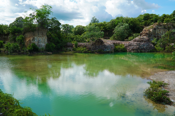 Ở đây có 2 hồ. Một hồ nhỏ và nước cạn hơn nên bạn có thể quan sát cảnh trời mây in bóng dưới mặt hồ.
