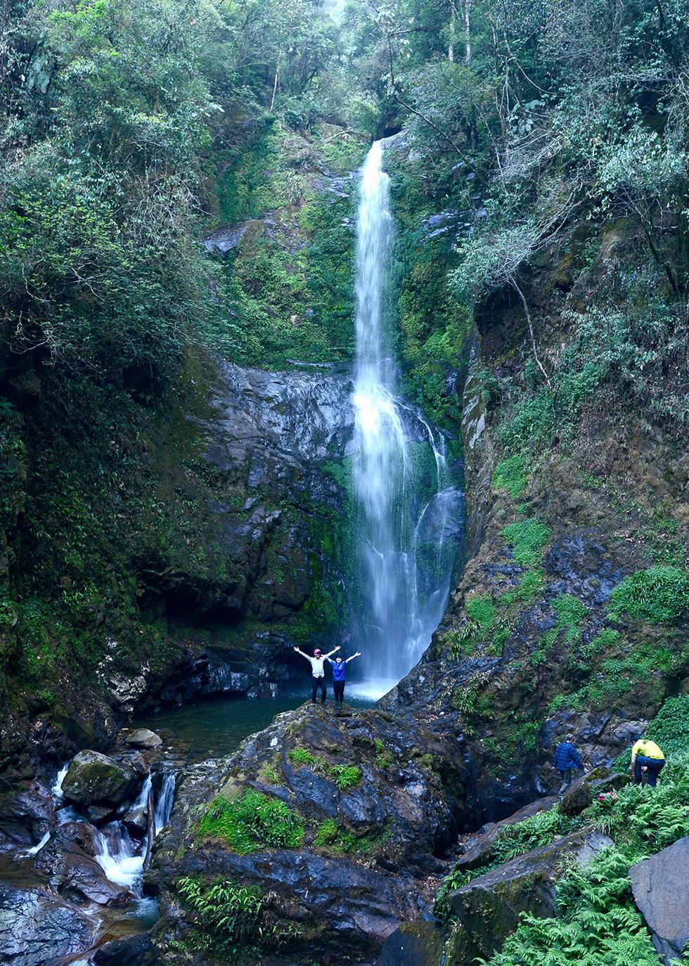 Thác nước hùng vĩ gần đỉnh núi Tà Xùa - Ảnh: HẢI DƯƠNG